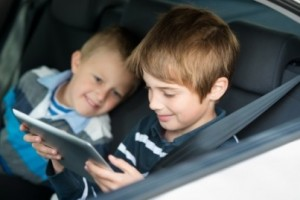 Children-playing-through-ipad-touchscreen-inside-the-car-e1411493455944